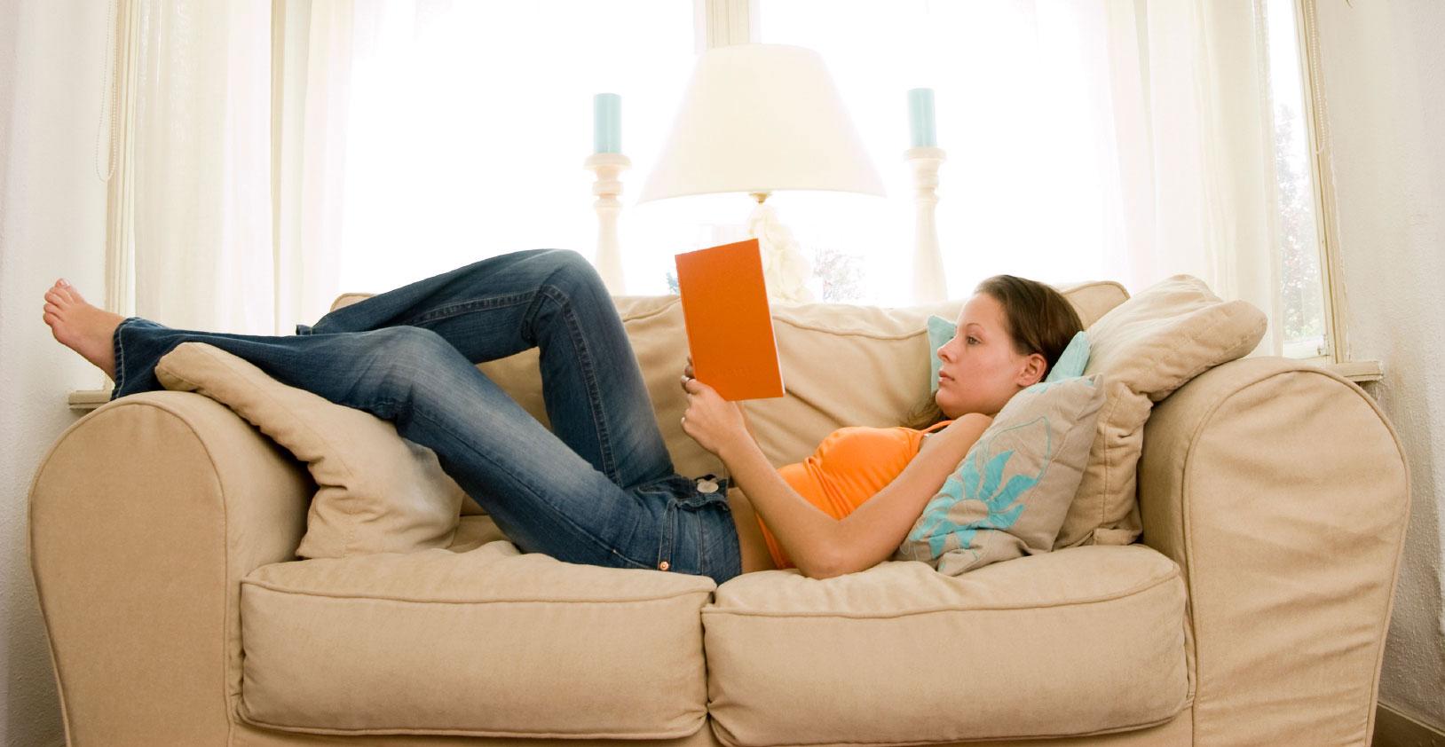 Ффото девушек на фиване читающих книги 1 фотография